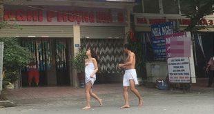 cặp đôi quấn khăn tắm chạy từ khách sạn ra